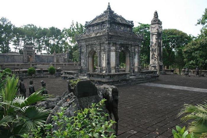 Lăng Đồng Khánh nhà Nguyễn - Bi Đình