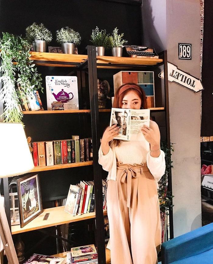giá sách - không gian thú vị tại tiệm cà phê xuyên không Đài Loan