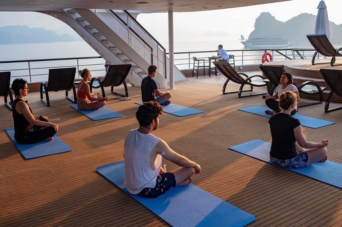 du thuyền 5 sao ở Hạ Long -Du thuyền Le Theatre tập yoga