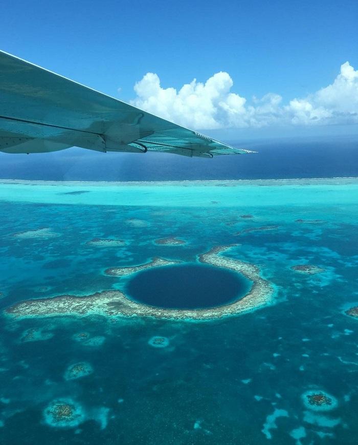 Great Blue Hole là một hố sụt cực lớn dưới nước nằm ngoài khơi Belize