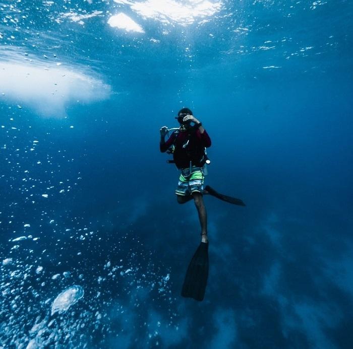 Một người đang lặn biển trong vùng Lighthouse Reef - Great Blue Hole