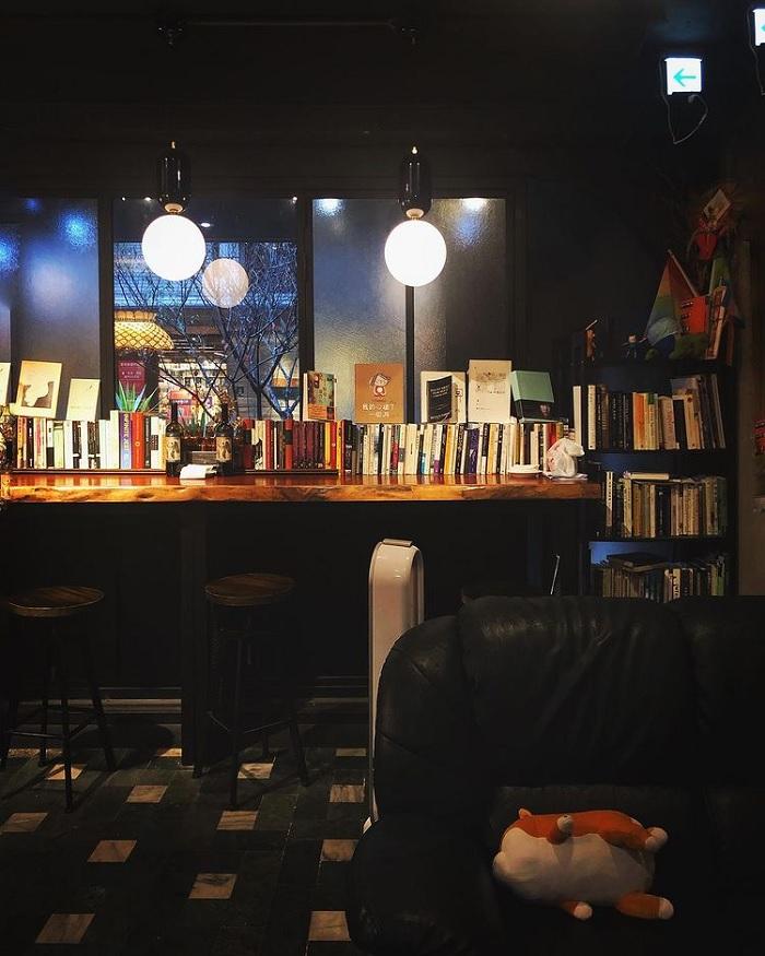 giá sách - khong gian độc lạ của quán bar cho người chán đời