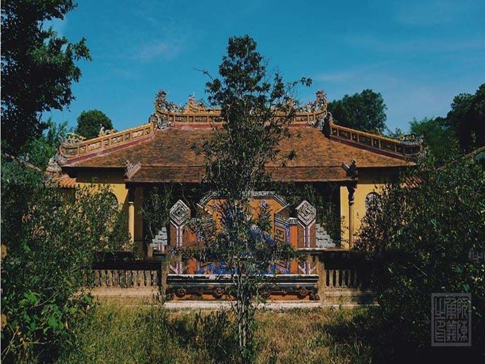 Lăng Đồng Khánh nhà Nguyễn - nằm giữa hai lăng