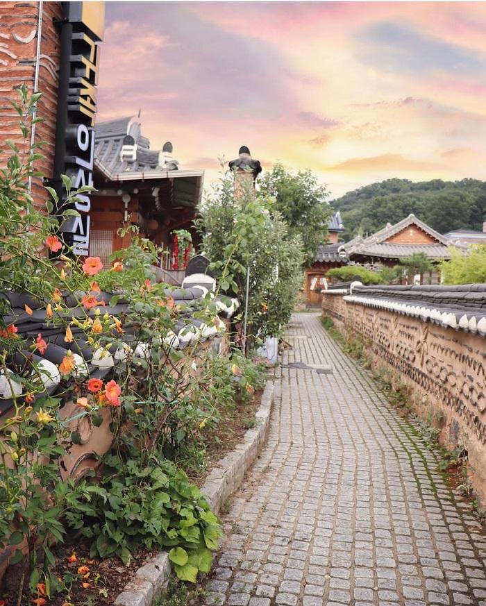 Làng Hanok Jeonju sở hữu hơn 800 ngôi nhà truyền thống nổi tiếng với những mái nhà đặc trưng