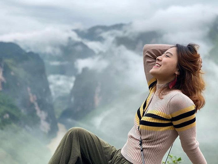 Hunting clouds on the top of Ma Pi Leng - enjoy the feeling of hands touching clouds