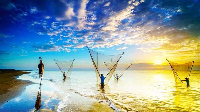 8 bãi biển đẹp ở miền Tây - Người dân lưới cá
