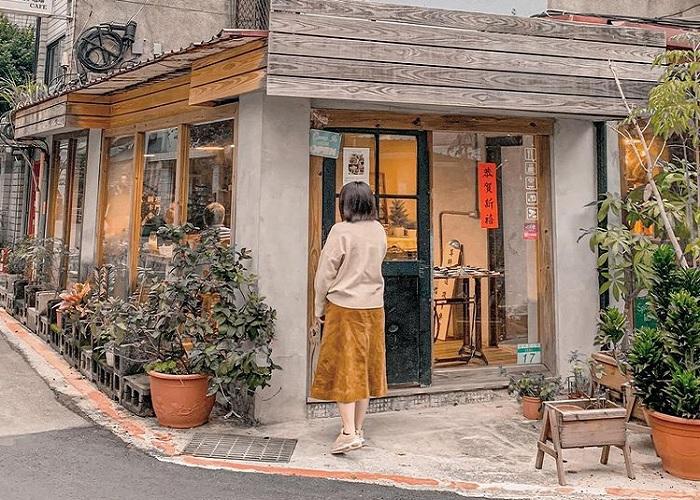 cửa gỗ cũ kỹ - điểm nhấn của tiệm cà phê xuyên không Đài Loan