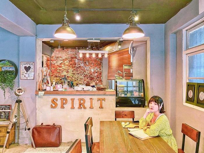 đồ gỗ - điểm ấn tượng của tiệm cà phê xuyên không Đài Loan