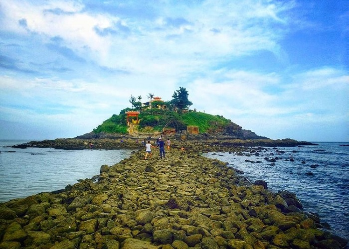 The road in the middle of the sea - interesting experience at Ba Vung Tau island