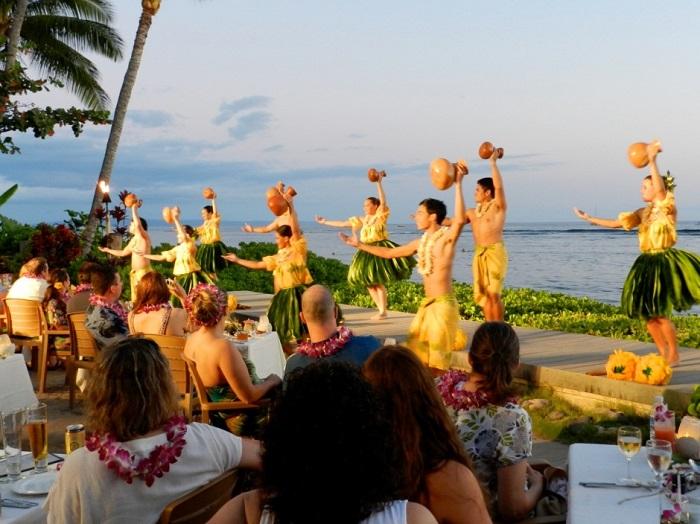 Điệu múa trong bữa tiệc Luau - Hướng dẫn du lịch đảo Maui
