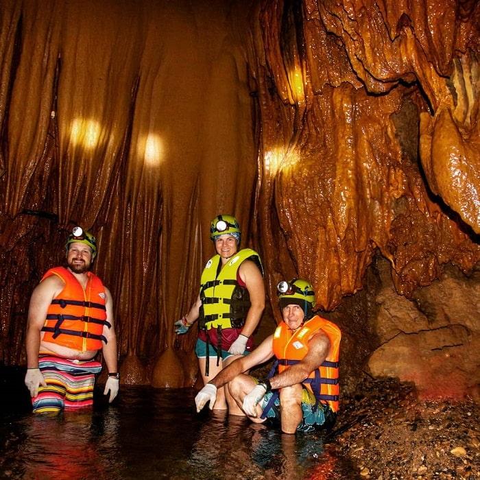 Tại hang Rục Mòn có nhiều hoạt động thử thách độ khó cho du khách