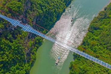 Chiêm ngưỡng cây cầu kính dài nhất thế giới tại Trung Quốc
