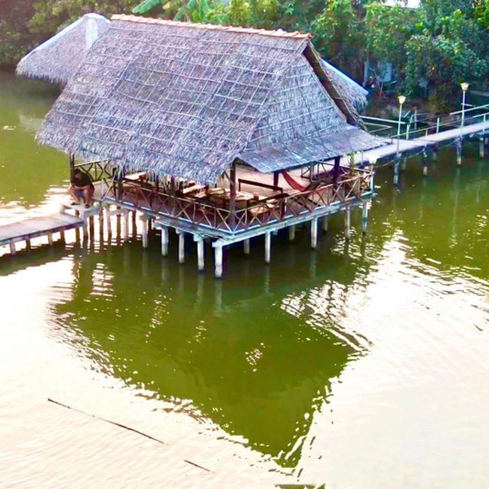 Bật mí top 10 quán ăn ngon Vĩnh Long - Quán có nhiều khu nhà nằm trên sông