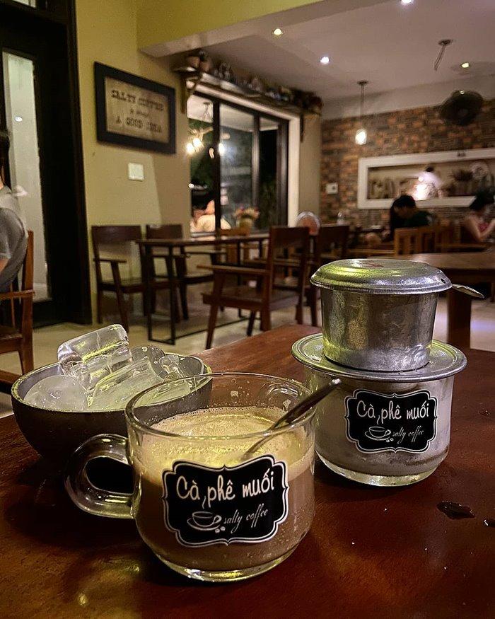 dùng  cà phê muối xứ Huế
