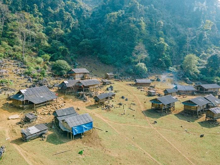 Các căn nhà gỗ ở hang Táu Mộc Châu