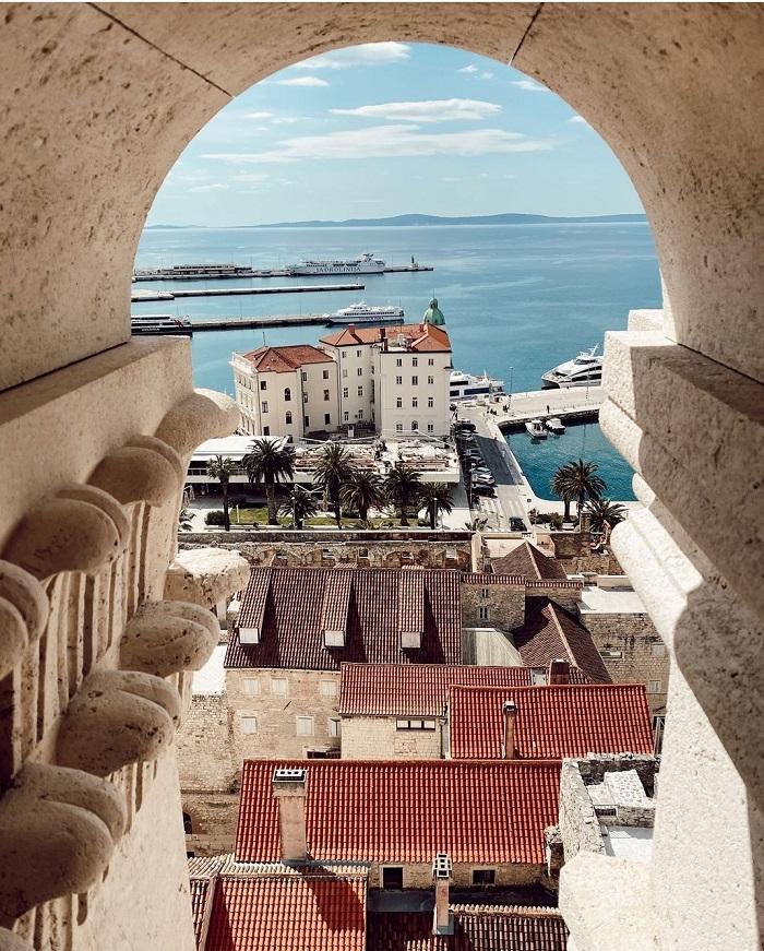 Tầm nhìn về phía Cổng Bắc và những ngọn núi -  Cung điện Diocletian Croatia