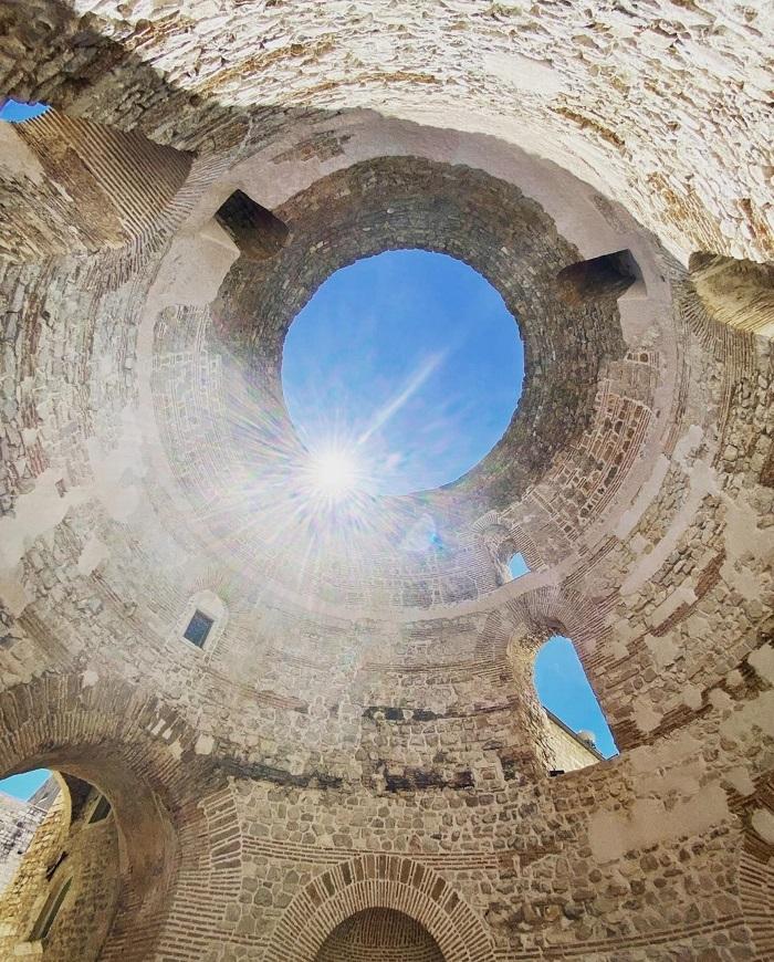 Mái vòm lớn - một trong những tàn tích ấn tượng nhất của Cung điện Diocletian