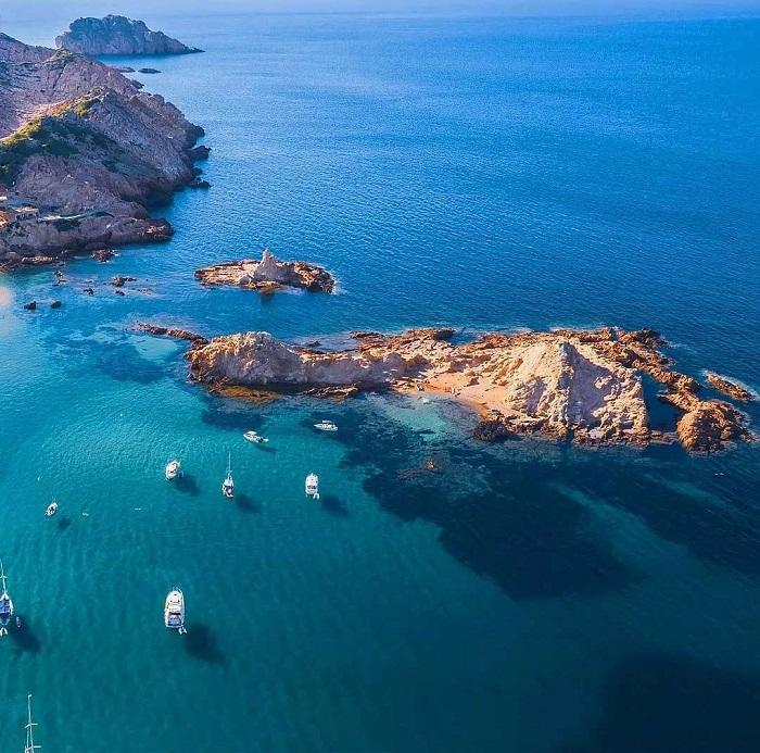 Một đường bờ biển tuyệt đẹp bao quanh hòn đảo - du lịch đảo Menorca