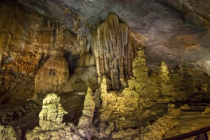 nhũ đá có hình thù độc đáo - điểm hấp dẫn của Động Đá Bạc