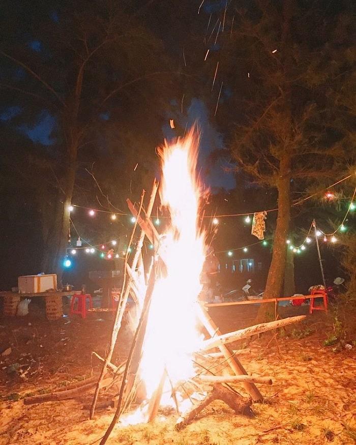 đốt lửa trại - trải nghiệm nên thử tại Đảo Thanh Lân