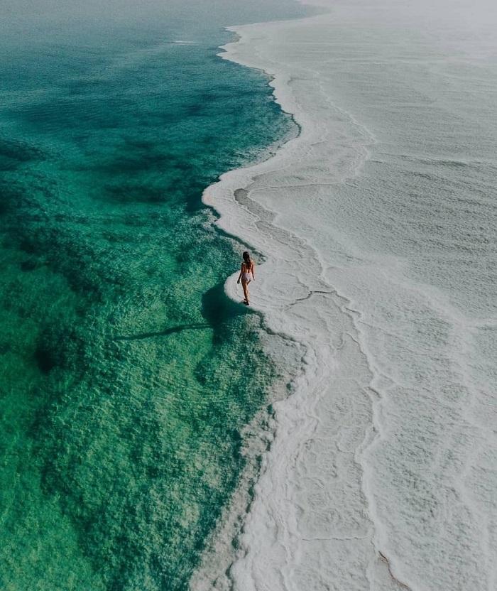 Chỉ có một số vi sinh vật nhỏ sống bên trong nó và nước cũng chứa đầy khoáng chất - Du lịch Biển Chết