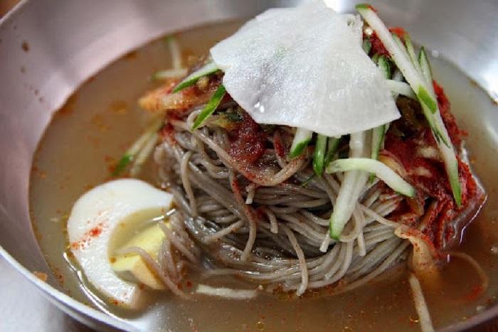 Kinh nghiệm du lịch Chuncheon nên ăn gì? Makguksu - Món ngon đặc sản ở Chuncheon