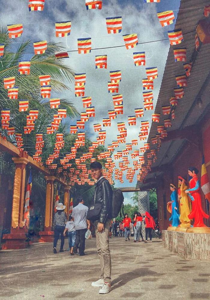 Vãn cảnh chùa Phật Học 2 - Nhiều người đến viếng chùa