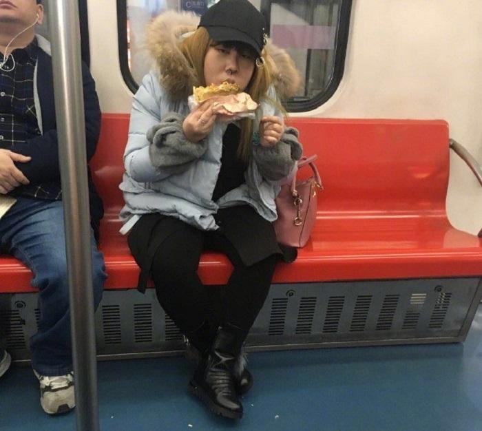 Ăn uống trên tàu điện ngầm - Những điều cấm kỵ ở Singapore