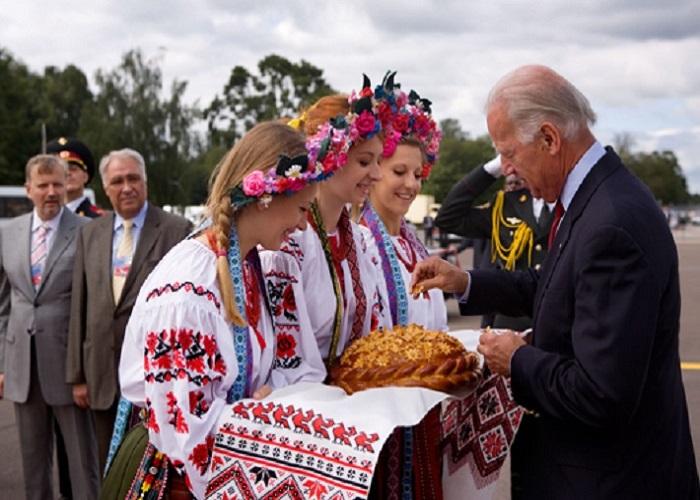 Dùng bánh mì và muối để đón khách - Phong tục của người Nga