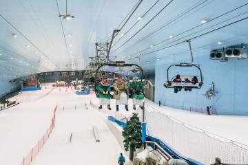 Trượt tuyết trên sa mạc tại khu trượt tuyết trong nhà lớn nhất thế giới ở Dubai