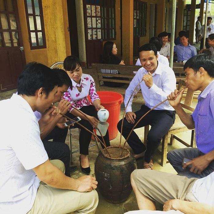 uống rượu cần - hoạt động thú vị tại thung lũng Kho Mường