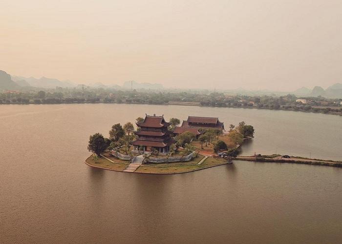 Chùa Vàng Ninh Bình - ngôi chùa độc đáo nằm giữa hồ