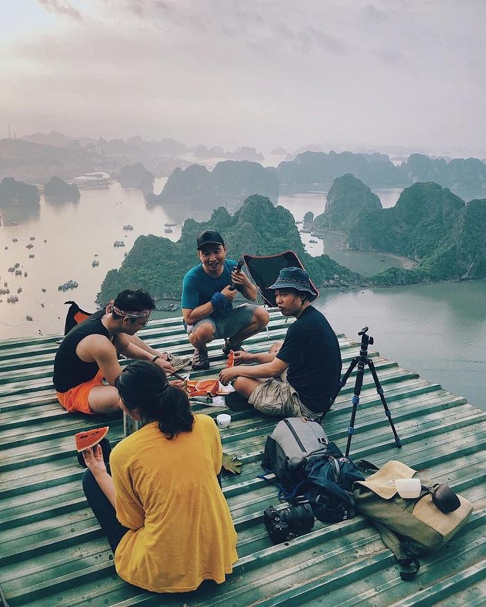 Núi Bài Thơ – địa điểm tuyệt vời để ngắm trọn vẹn vẻ đẹp thơ mộng của vịnh Hạ Long