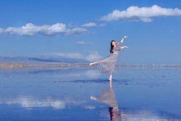 Ngẩn ngơ trước vẻ đẹp tinh khiết của hồ muối Chaka Trung Quốc