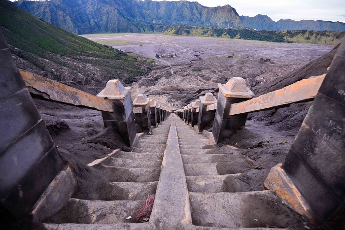 249 bậc thang cần phải leo để đến vành miệng núi lửa của Bromo - leo lên đỉnh núi lửa Bromo