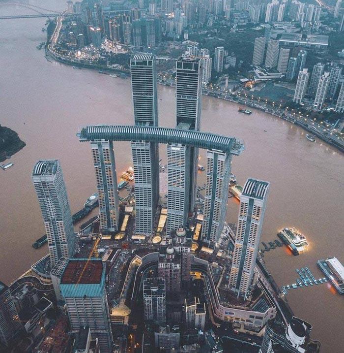 tòa nhà nằm ngang cao nhất thế giới ở Trùng Khánh - nằm ở độ cao 250 mét