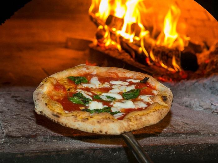 Nướng bánh ở  Mamma Rosa - Tìm hiểu về bánh Pizza Ý