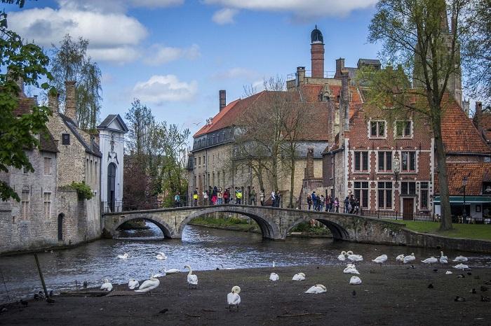 Đi dạo trong công viên Minnewater - địa điểm du lịch lãng mạn ở Bruges