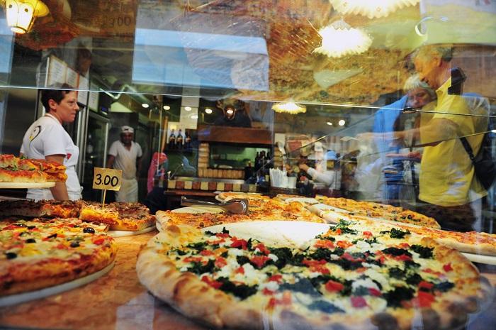 Nhiều lựa chọn pizza được bán theo miếng ở Venice, Ý - Tìm hiểu về bánh Pizza Ý