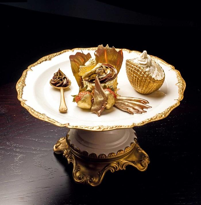 Bánh cupcake vàng cũng là món ăn phủ vàng ở Dubai rất hấp dẫn
