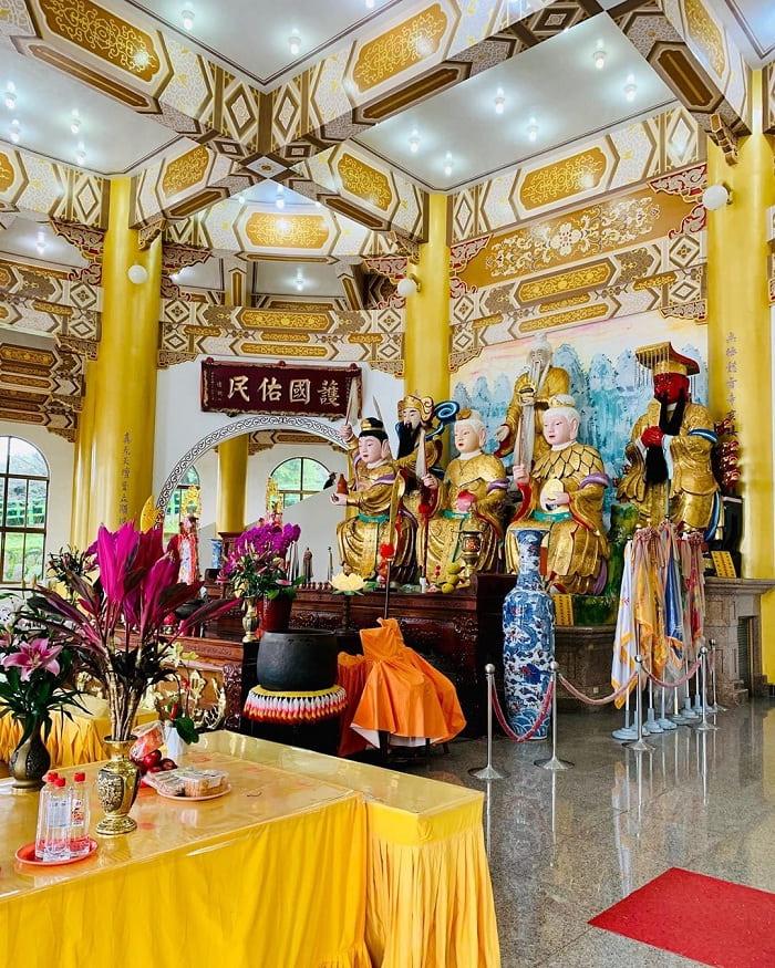 tượng các vị thần - bảo vật linh thiêng tại đền Wuji Tianyuan