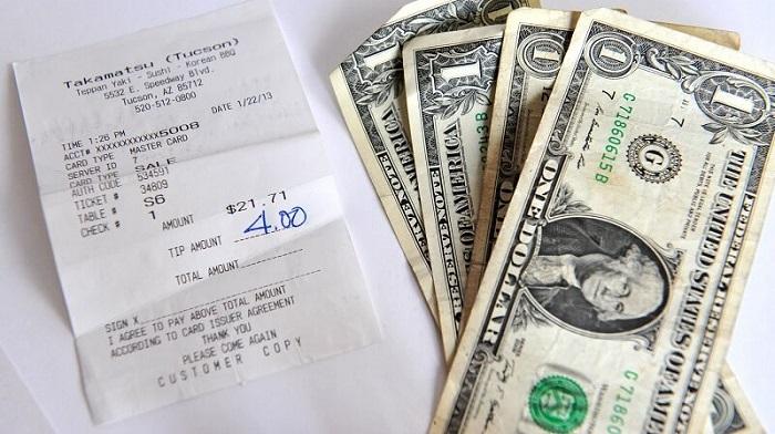 Cách đưa tiền tip ở Việt Nam - Viết số tiền tip vào hóa đơn khi quẹt thẻ