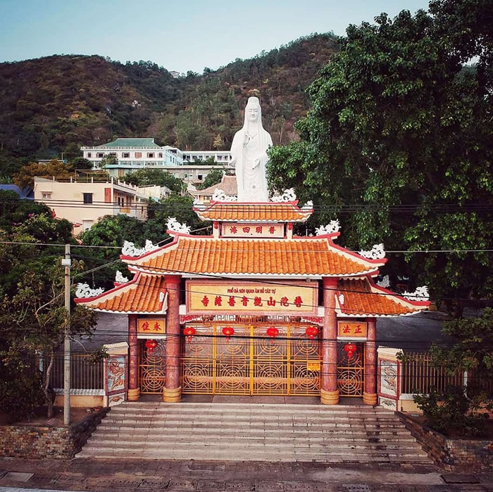 12 famous temples in Vung Tau - The full name of the pagoda is Pho Da Son Quan Am Bo Tat