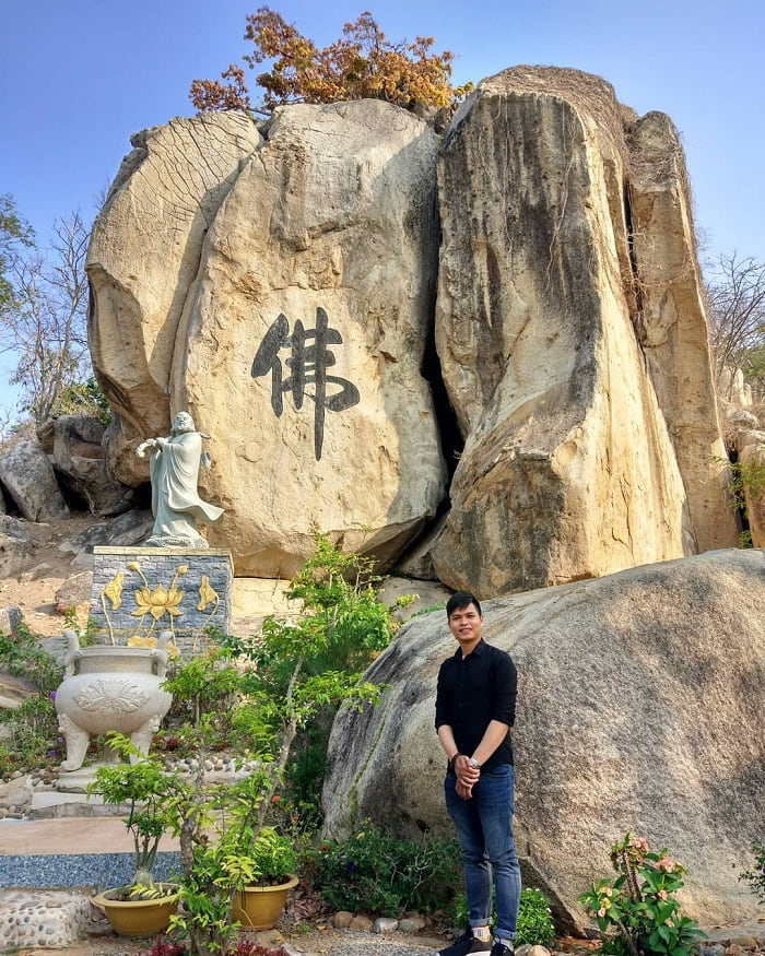 giant rocks - the unique feature of Chan Nguyen bamboo monastery