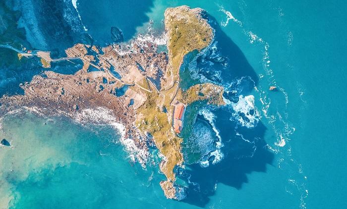 The entire island seen from above - the San Juan de Gaztelugatxe island