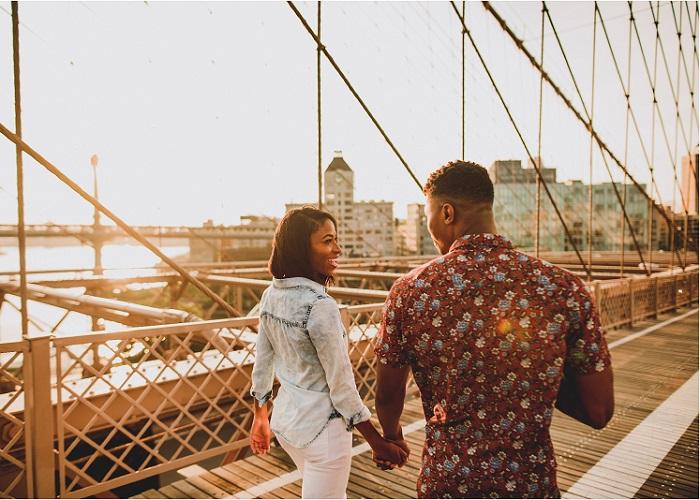 đi bộ qua cầu Brooklyn New York