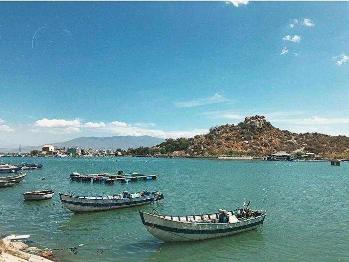 thuyền, nhà, núi - khung cảnh bình dị của Đầm Nại Ninh Thuận