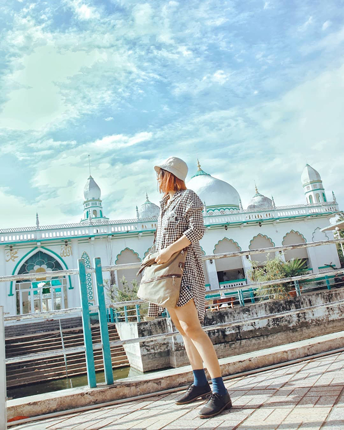 Check in Masjid Jamiul Azhar Mosque - visit the beautiful Cathedral
