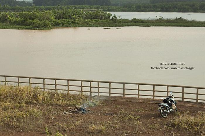 Check in đập Phước Hòa - Xung quanh đập là hồ nước bao la