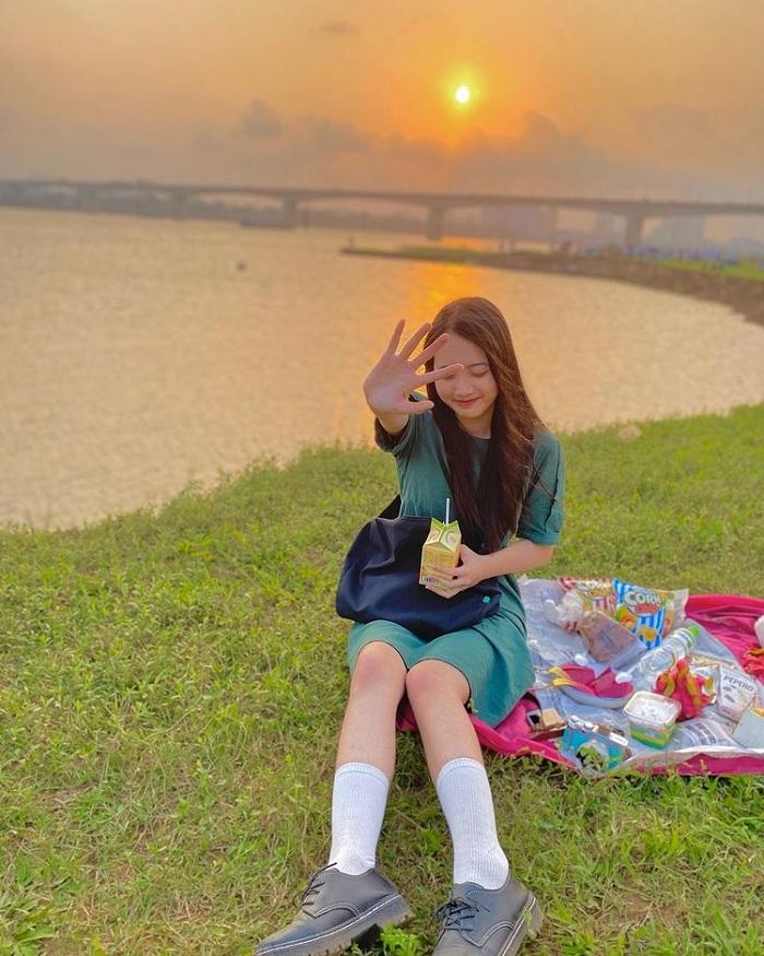 bãi cỏ chân cầu Vĩnh Tuy - 1 trong  5 địa điểm picnic ở Hà Nội hot hit